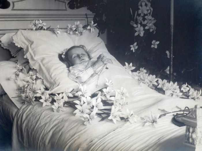 Unknown photographer - Postmortem of a child, +/-1920, large format