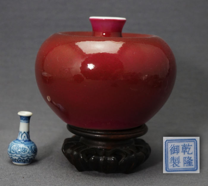Pomegranate-shaped vase in beautiful ruby red shades, marked Qianlong - China - 2nd half 20th century