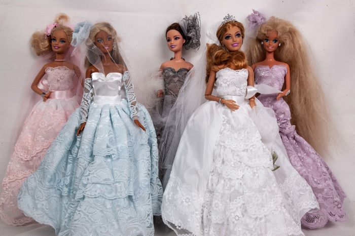 Mattel - Puppe 5 Barbies haute couture in pink, blue, white, gray ...