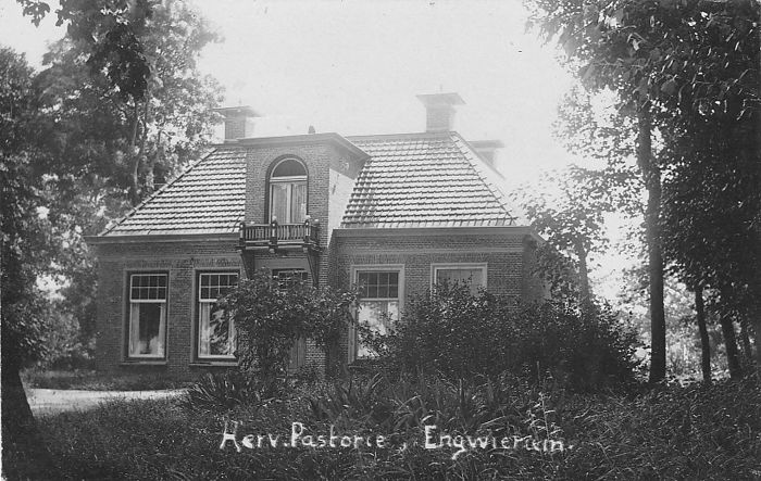 Collection of 85x old(er) postcards and picture postcard Friesland