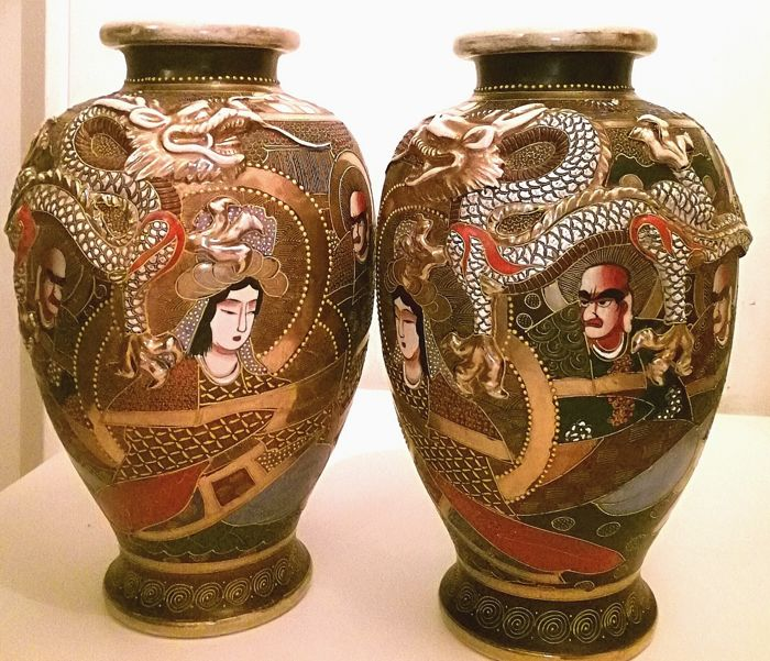 Pair of Satsuma porcelain vases - With brand 'Made in Japan Maruni' 丸 二 - Japan - ca.  1930s