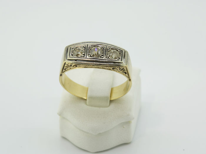 Trilogy ring in 18 kt gold with antique cut diamonds of 0.35 ct