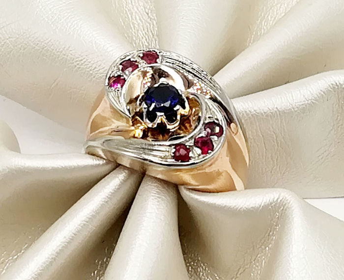 Ring in 18 kt yellow gold with rubies totalling 0.12 ct total and sapphire totalling 0.30 ct Size 12.50 Total weight 6.48 g