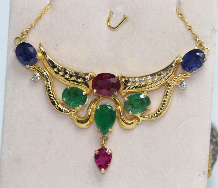 18 kt gold pendant with necklace set with ruby, sapphire, emerald, rubelite and diamonds. Measurements: 6 x 4 cm, no reserve price