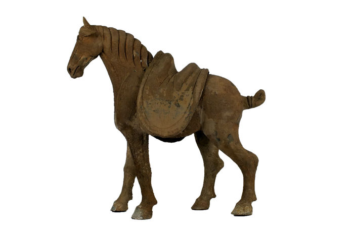 Mingqi - Töpferware - Ein stehendes Pferd mit abnehmbarem Sattel - A Large Pottery Figure of Striding Horse - Early Tang Dynasty, TL-test, High 43 cm., wide 44 cm - China - Tang Dynastie (618-907)