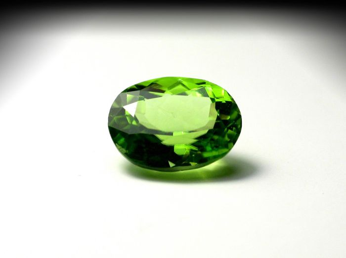 Peridot, green – 2.73 ct