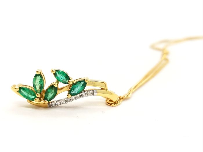 18 kt. Yellow gold - Necklace, Necklace with pendant - 0.42 ct Emerald - Diamonds