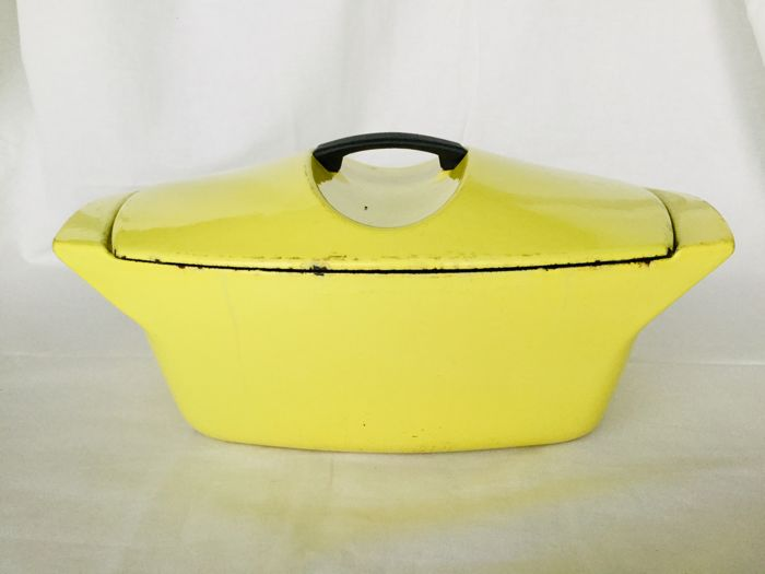 """Raymond Loewy """"La Coquelle yellow"""" van Le Creuset- Old yellow-enamelled cast-iron cooking for sale"""