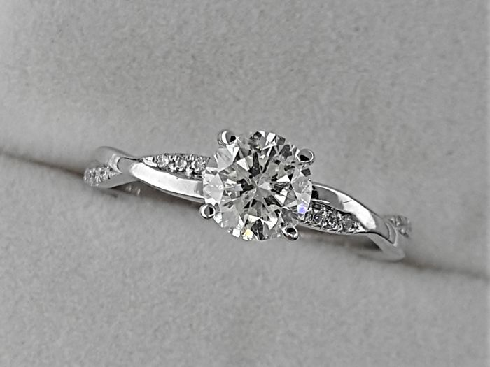 Ring - White gold - Commonly treated - 0.77 ct - Diamond and Diamond