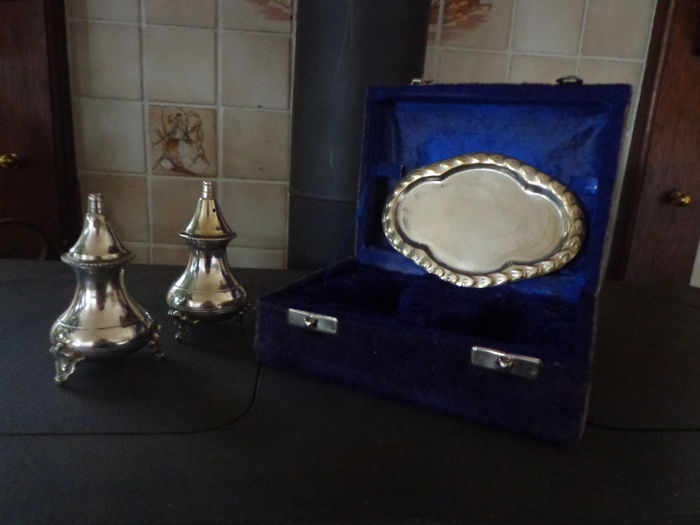 Silver plated pepper and salt set on lion's feet - Set of 1 - Silver plated - U.K. - 20th century