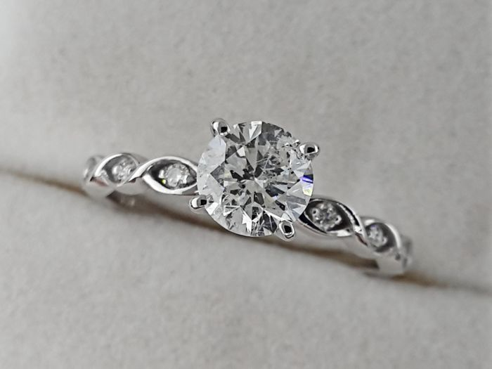 Ring - White gold - Commonly treated - 0.73 ct - Diamond and Diamond