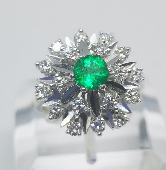 18 kt. White gold - Ring - 0.80 ct Emerald - Diamond
