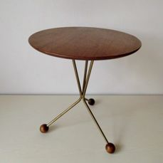 A retro, round side-table with ball-shaped wooden feet - 1 - Wood - Oak, copper and brass