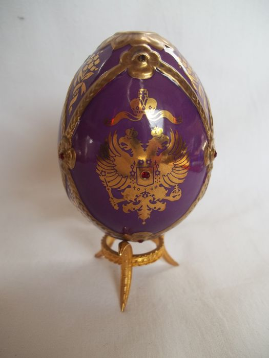 """House of Fabergé - """"The Imperial jeweled Egg Collection"""" - This is the """"Imperial Crest"""" egg with stand - Signed - Limited edition - Very,very good condition."""