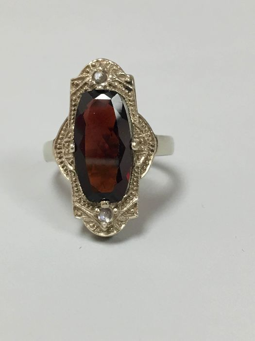 14 Kt White Gold Garnet vintage Designed 7ct. Ring size: 7