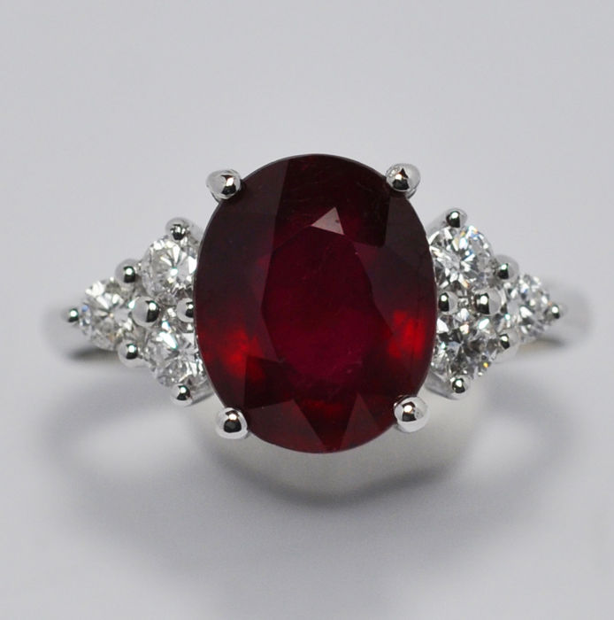 18k white gold ring with Ruby of 3.85 ct and Diamonds - Ring size 13 IT / 53