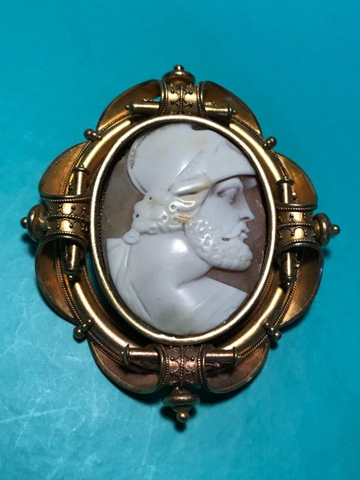 Shell cameo brooch in 8 kt yellow gold, dimensions: 59 x 53 x 12 mm, total weight: 23.40 g