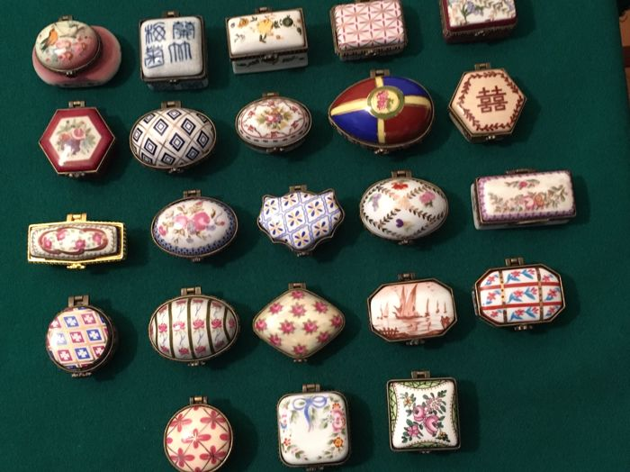 Collection of pillboxes - 23 - enamelled porcelain and metal