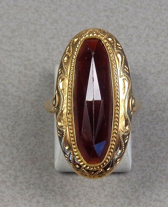 14 kt gold ring with garnet Mint condition