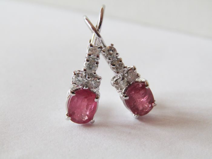 18 kt white gold earrings with rubies totalling 2.10 ct and diamonds (G/VS) totalling 0.40 ct