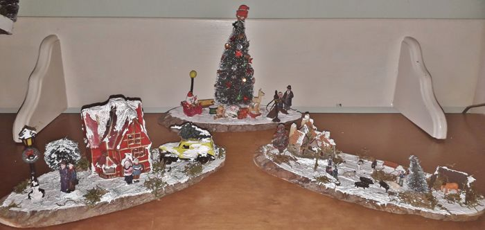 3 Christmas scenes on platforms of wood - 3- unprocessed wood, plastic, raw materials