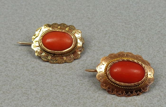 A pair of gold brooches with precious coral. Ca. 1880.