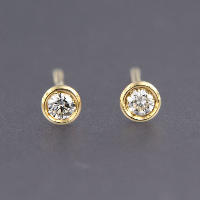 - no reserve price - 18 kt yellow gold ear studs set with a brilliant cut diamond - size: 3.4 mm wide -