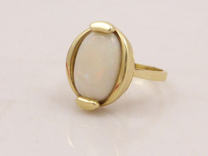 14 kt yellow gold vintage ring set with a precious opal of 2.5 ct - no reserve price
