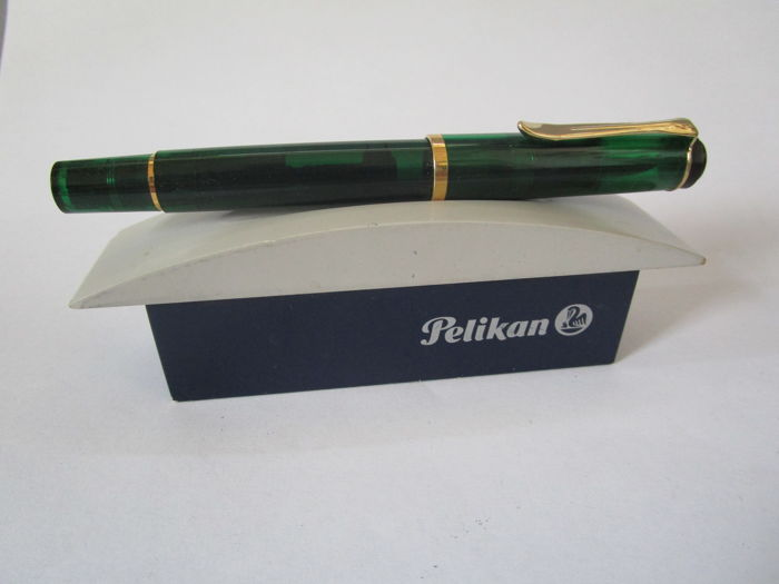 Pelikan model: Demonstrator (transparent) - nib 750/18 ct gold with platinum coating - green housing - with original decorative stand