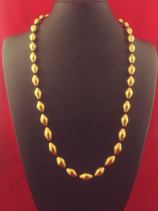 Antique necklace in 20 kt gold with authentic, old olivella shell beads - India, first half of the 20th century