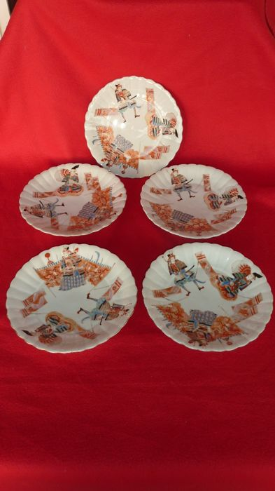 Five porcelain plates with polychrome decoration of Samurai with their Shogun - Japan - 19th century.