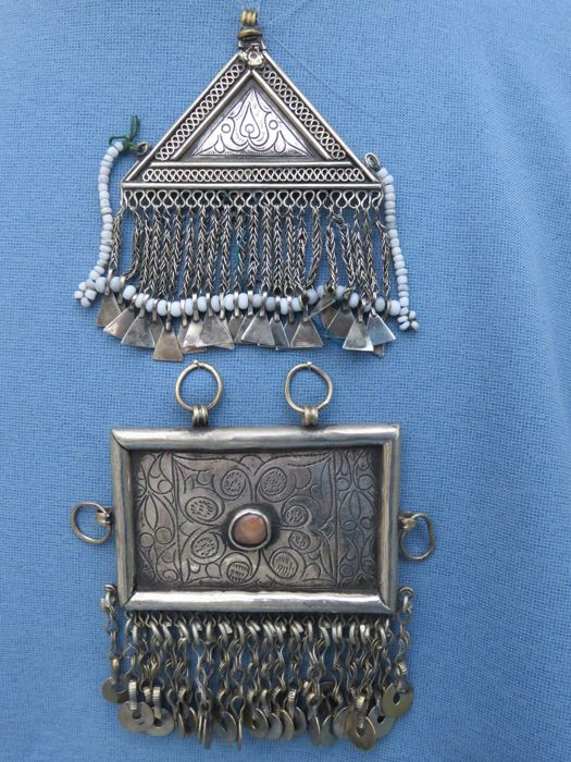 2 Pendants with carnelian stone inlay and rich engravings - Hazara pendants - Afghanistan - 2nd half 20th century