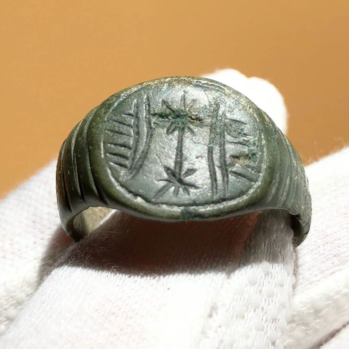 Ancient Roman Bronze Seal ring with Decoration on the Bezel. - 2,6cm.