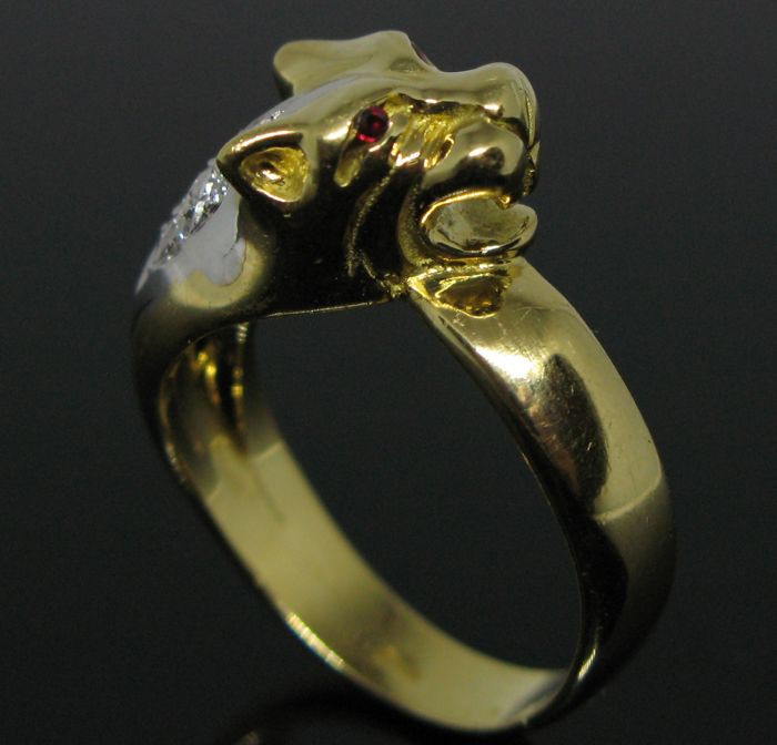 Weight: 9,0 gr - No reserve price - 18 KT solid yellow and white gold amazing contrarié Cougar ring set with 9 diamonds brillant-cut tot ct 0,18 G/VVS1 and 2 natural ruby round-brillant cut tot 0,06 ct