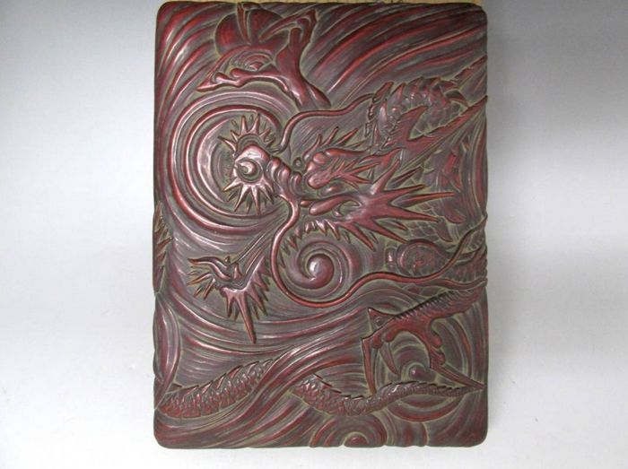 Fine carved Kamakura-bori red and black lacquered box with dragon design - With original tomobako signed and sealed by the artist - Japan - Mid 20th century