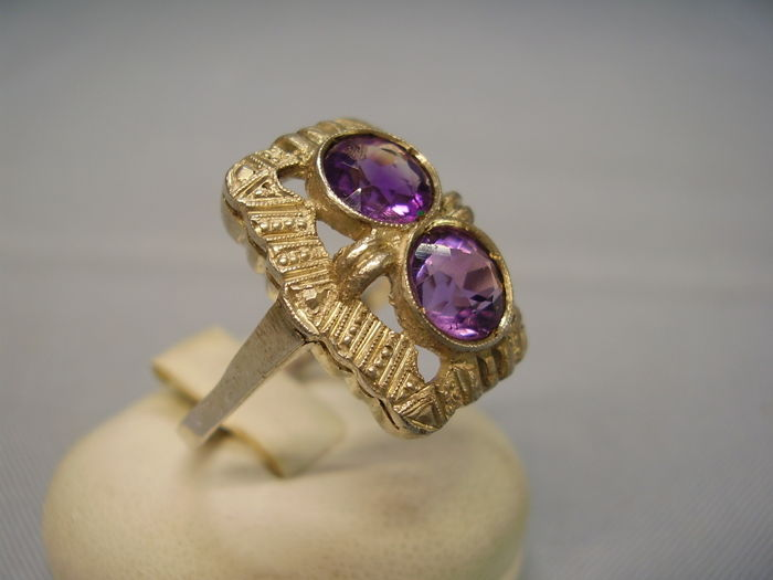 Original Art Deco ring with round faceted, natural amethysts of 2 ct in fine millegrain setting