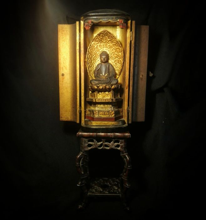Amida Noyrai Buddha Zushi Box and 'Tak-e' Style Display Stand, Wood, Laquer and Gold Gilt - Japan - late 19th Century (Total Height 38cm)