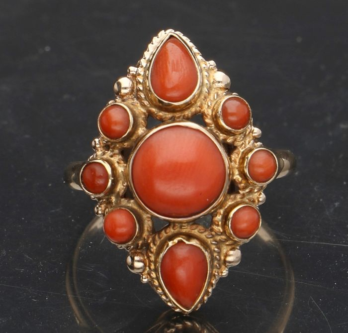 14 kt - Yellow gold antique women's ring set with a precious coral of approx. 0.7 mm and surrounded with 8 smaller precious corals. - Ring size: 17.25 mm.