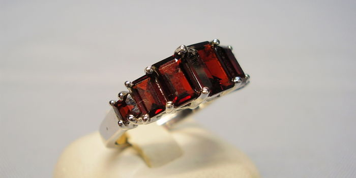 Ring with faceted large blood-red garnets in baguette cut of 3.5 ct in total