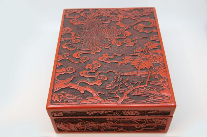 Fine carved Kamakura-bori red and black lacquered box with phoenix - Japan - Mid 20th century