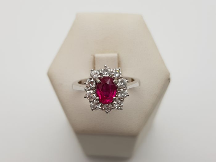 Gold ring (18 kt) with 1 natural ruby (approx. 1.5 ct) surrounded by brilliant cut diamonds totalling approx. 0.80 ct, G colour, VVS clarity - Italian size 14