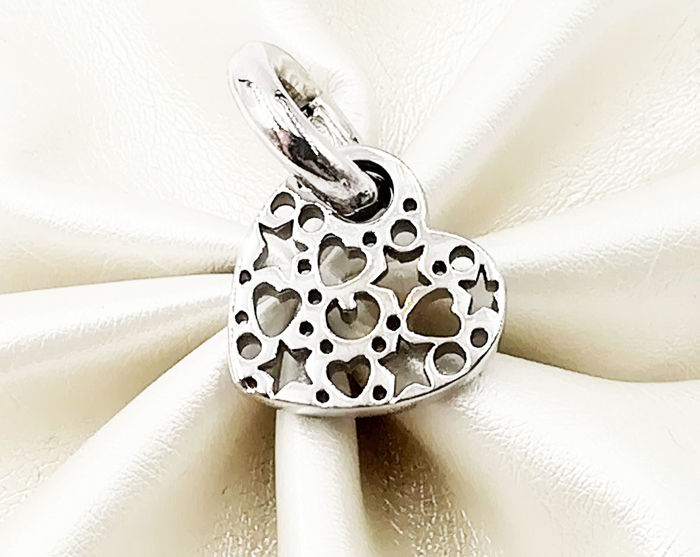 White gold pendant (18 kt) with cut-outs, length 1.70 cm, total weight: 5.51 g