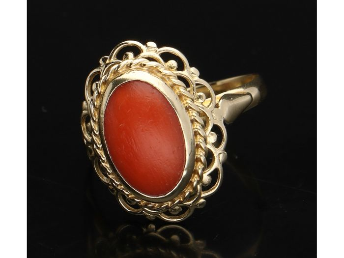 14 kt - Yellow gold women's ring set with a precious coral of approx. 1 cm x 0.7 mm cabochon cut. - Ring size: 16.25 mm - NO RESERVE