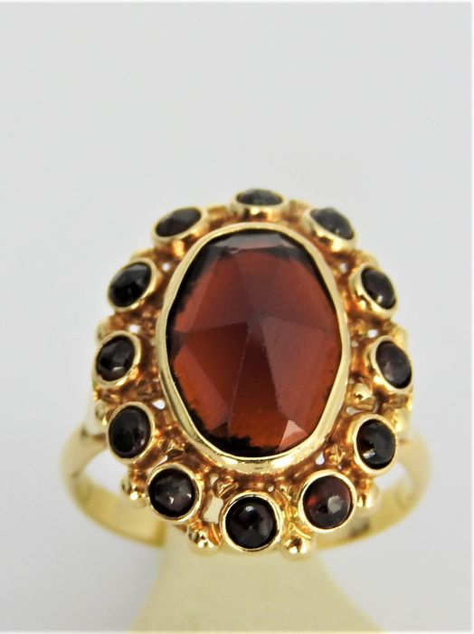 14k gold ring with garnet - 4.1 grams