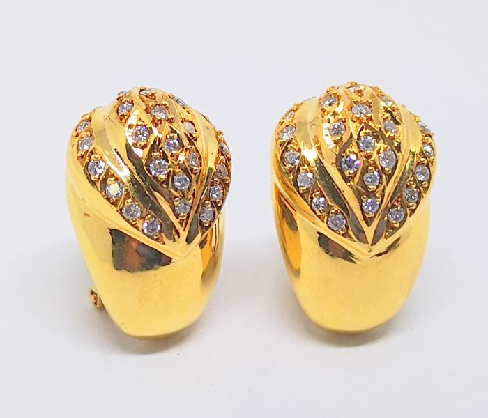 pendientes en oro amarillo de 18 kilates con cincuenta y seis diamantes talla brillante  (1,12ct) largura