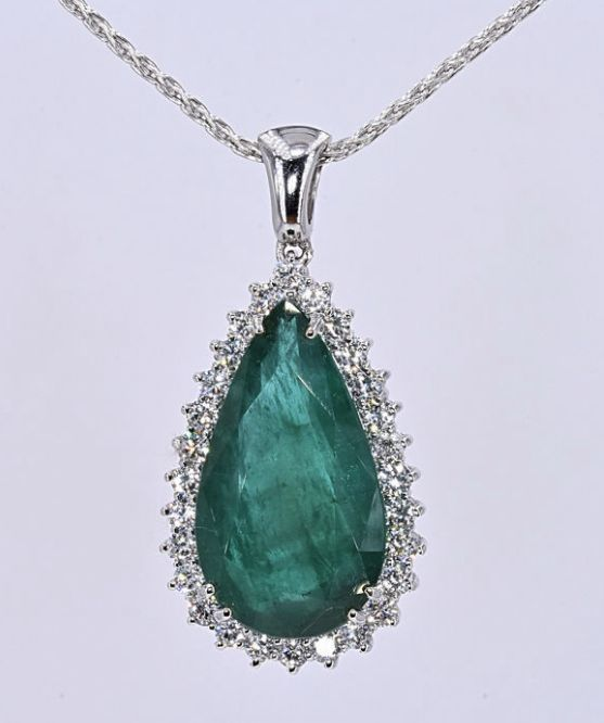 25.82 Ct Emerald with Diamonds necklace. 18kt gold, size 45 cm adjustable.