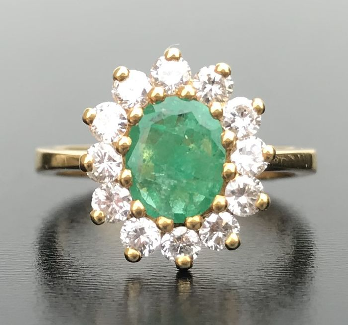 Ring in 18 kt gold decorated with an emerald surrounded by H/VS diamonds (1.4 ct) - New condition - No reserve price