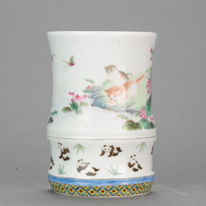 Jarrón - Porcelana - A polychrome porcelain wall vase, decorated with pandas, cats and butterflies. - China - Segunda mitad del siglo XX