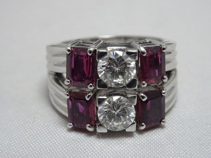 Ring in 18 kt white gold with rubies, 1.80 ct and two diamonds, 1.20 ct, size 52