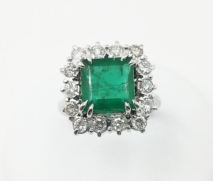Ring in 18 kt white gold with 9 x 9 mm emerald and brilliant cut diamonds, 0.70 ct, G/VS, weight: 6.73 g - size 15